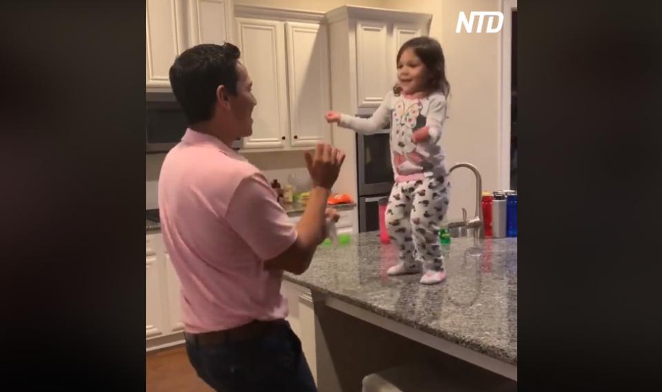 Видео од татко и ќерка кое ќе ви го стопли срцето