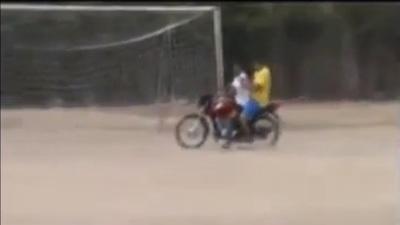 И тоа се случува на теренот- голман на мотоцикл (ВИДЕО)