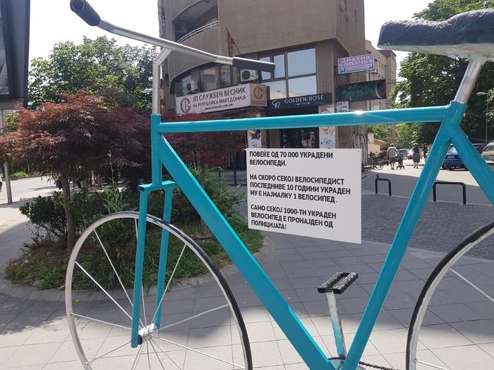 """""""Гигантски велосипед"""" поставен во Скопје- ова е причината (Фото)"""