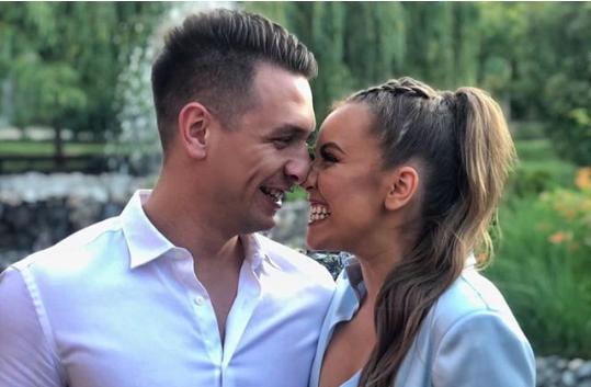 ФОТО: Антониа Гиговска во прекратка комбинација со момчето на свадбата кај својот брат – пејачите облечени идентично