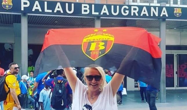 """Македонка го развиори знамето на Вардар пред """"ПАЛАУ БЛАУГРАНА"""" (ФОТО)"""