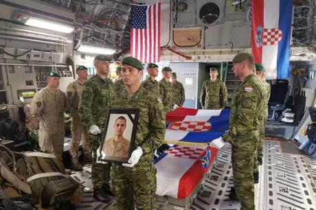 Телото на настраданиот војник во Авганистан, пристигна во Хрватска: Авионот дочекан со воени и државни почести (ВИДЕО)