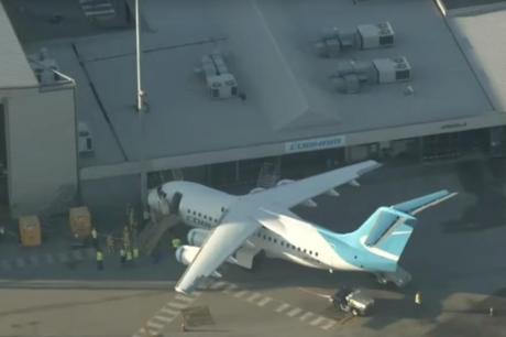 Авион удри во зграда на аеродром во Австралија: Му откажале кочниците (ВИДЕО)