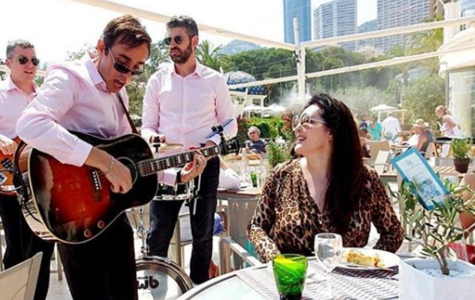 Сите знаеме како Драгана Мирковиќ пее турбо-фолк, но погледнете како се снајде со рокенрол (ВИДЕО)