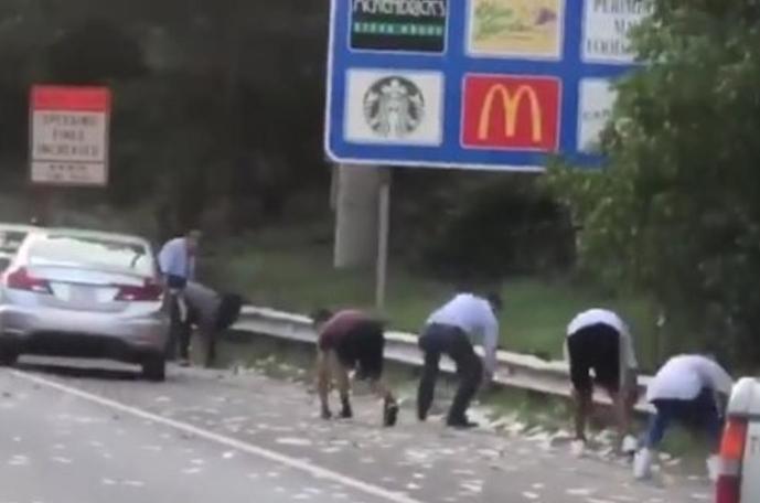 Пари паѓаа од небо на автопат: Возачите запираа да го собираат, еве колку долари се изгубени (ВИДЕО)