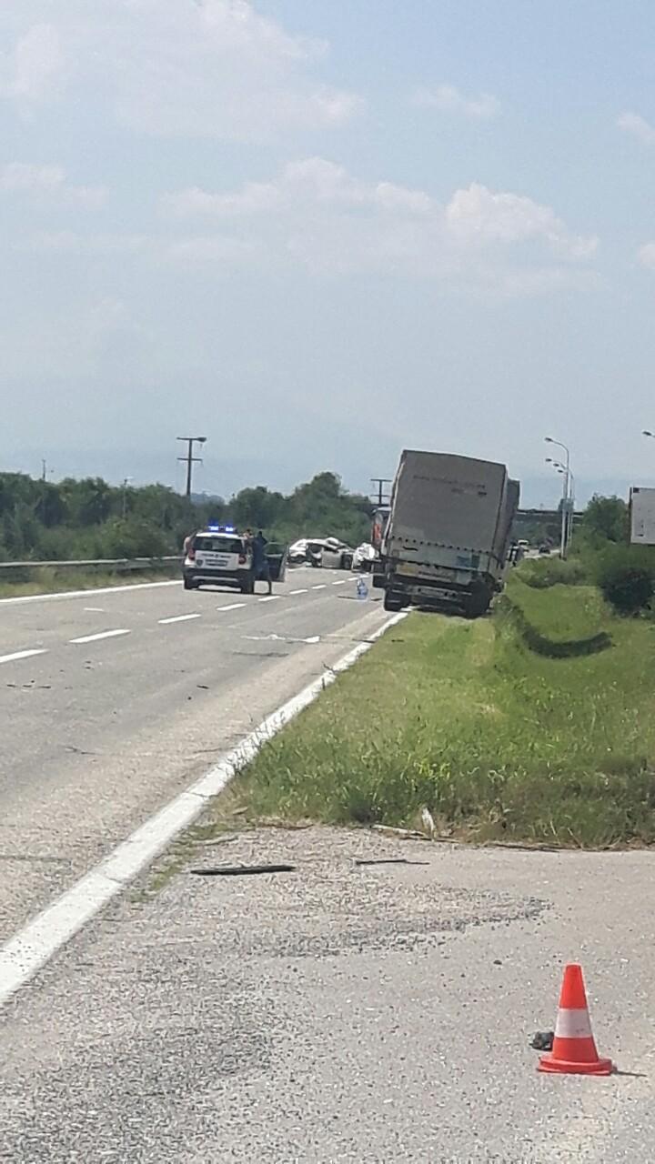 Страшна сообраќајка кај автопатот Велес-Скопје, 8 лица повредени