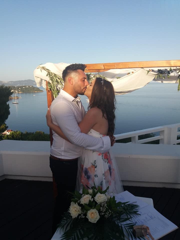 Младата македонска пејачка се омажи на грчки остров покрај плажа, а на ова момче му се заколна на вечна љубов