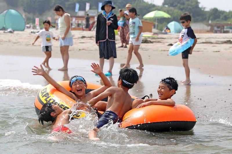 Дали би прифатиле да влезете во оваа вода: Отворена плажата во Фукушима, осум години по нуклеарната катастрофа (ФОТО)
