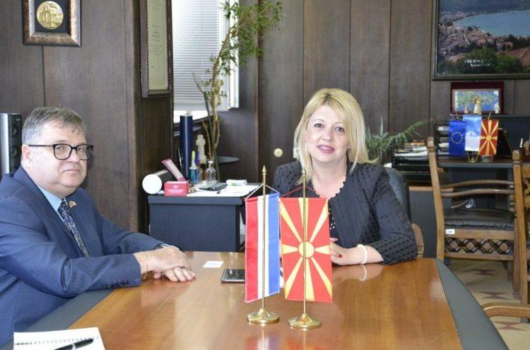 Му се осветува ли СДСМ на Тимоние: На средбата во Охрид пречекан со холандско знаме