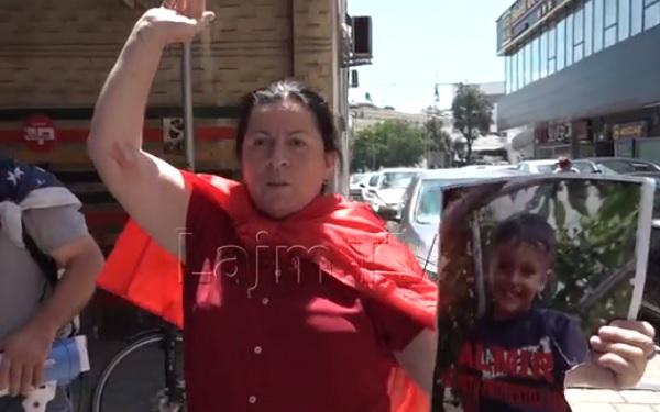 Мајката на Ел Чека: Ме нападнаа со нож и ја искинаа сликата на Алмир (ВИДЕО)