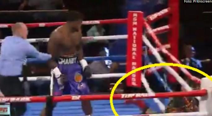 Каков нокаут: Oд силината на ударот излета од рингот (ВИДЕО)
