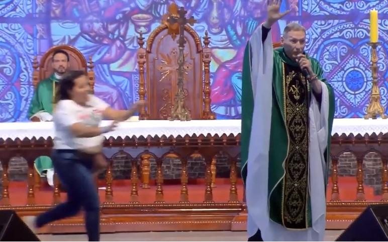 Жена турка свештеник од сцената бидејќи рекол дека дебелите жени не одат во рајот (ВИДЕО)