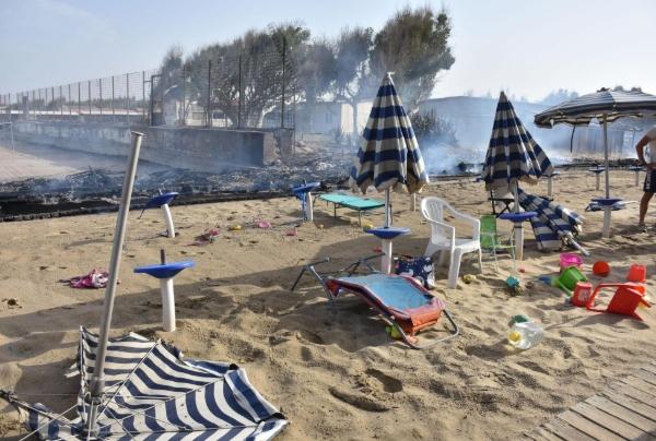 Голем пожар во познато одморалиште, уништена плажа: Туристите влегуваа во море, неколку лица во болница