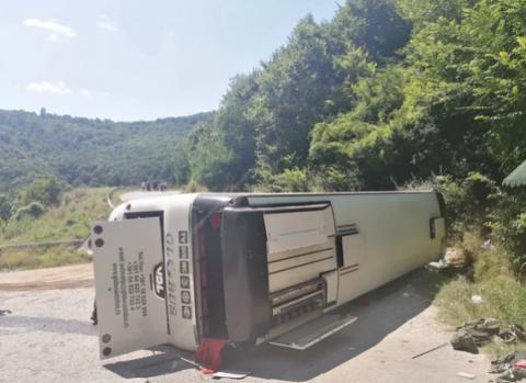 Се преврте автобус со војници во близина на Врање, најмалку 23 повредени (ФОТО)