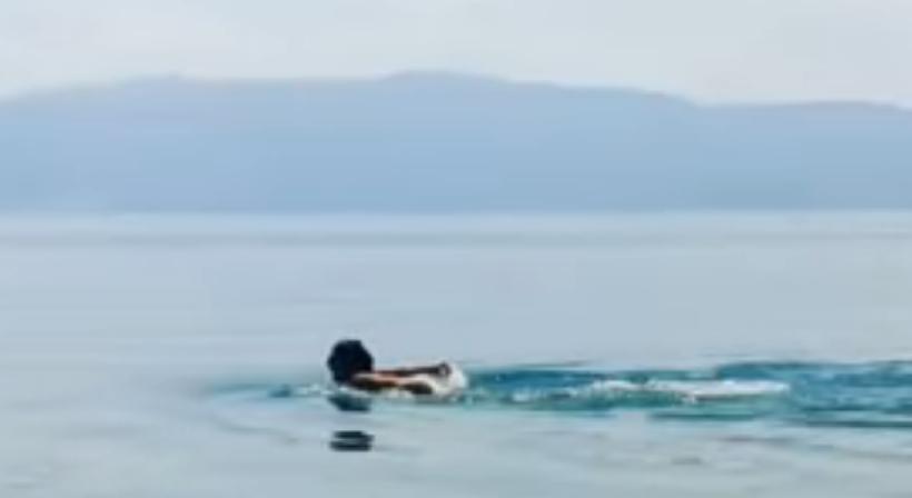 Македонската пејачка пливаше како делфин во Охрид, испрати порака до друга позната Македонка (ВИДЕО)