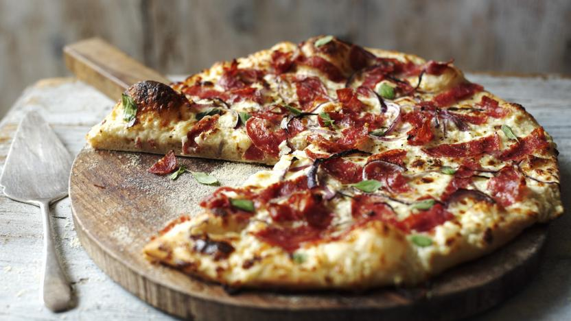 ВИДЕО: Како да направите пица на скара?