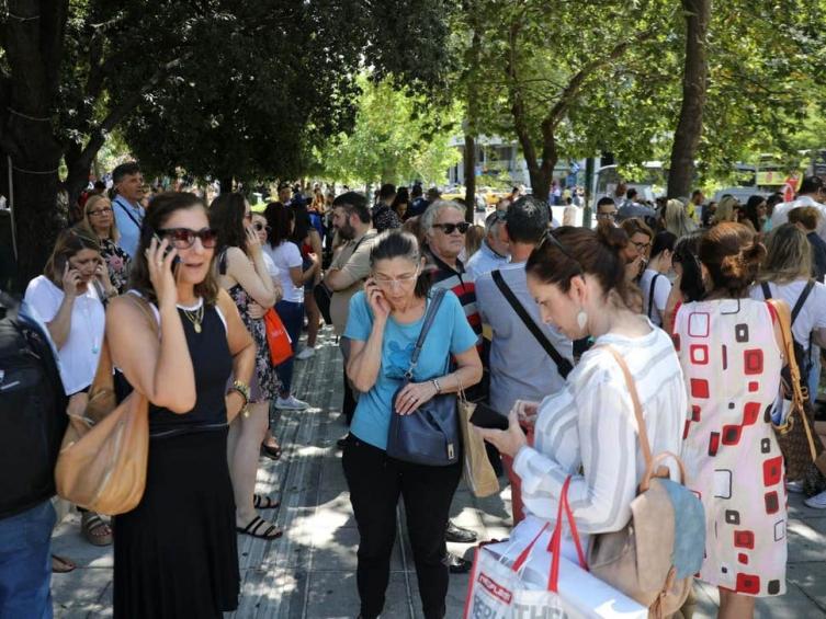 Силен земјотрес ја погоди Атина, луѓе бегаат од зградите (ВИДЕО)