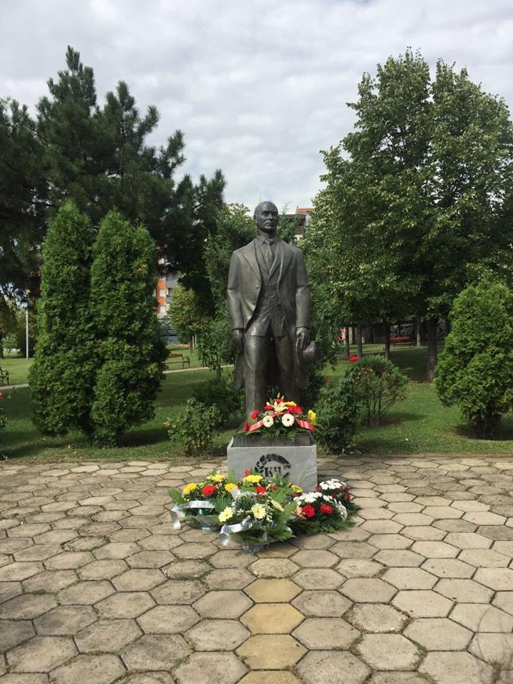 Делегација на Општинскиот комитет на ВМРО-ДПМНЕ Гази Баба положи свежо цвеќе пред споменикот на Методија Андонов Ченто