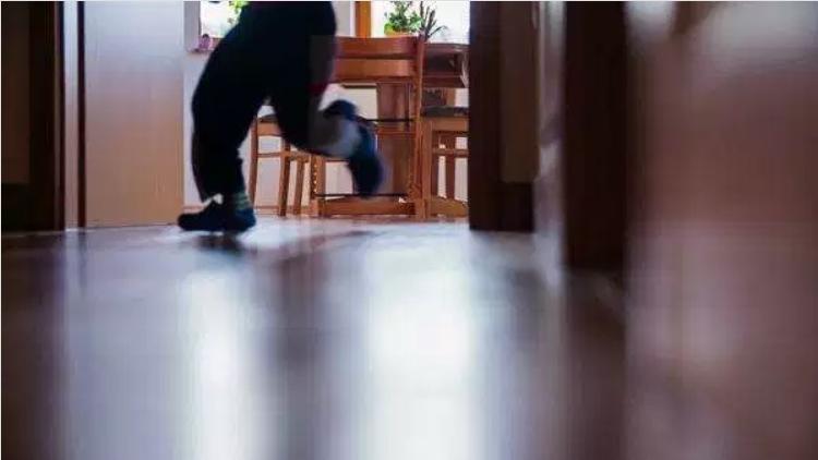 Белграѓанец на мака со полицијата поради необична причина: Платил казна зашто неговото дете трчало низ станот