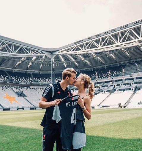Фановите на Јувентус веќе лудуваат по неа: Овие фотографии од девојката на Де Лихт во бикини ќе ви го поматат умот (ФОТО)