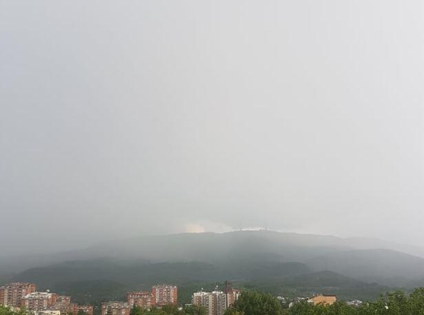 Останете дома: Дожд, ветер и силни грмотевици го зафатија Скопје (ФОТО)