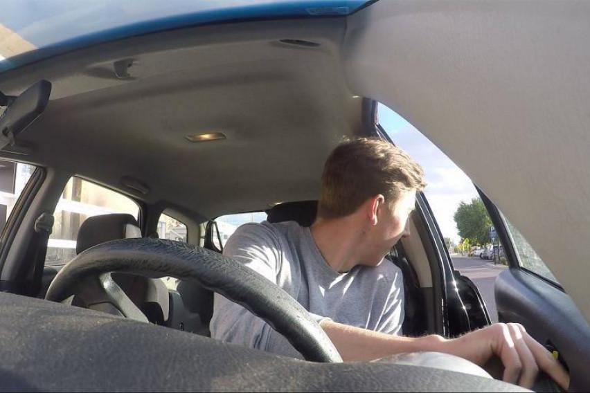 Холанѓаните секогаш ја отвораат вратата со десната рака кога излегуваат од автомобилот- причината ќе ве натера на истата навика (ВИДЕО)