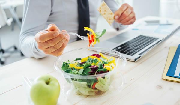 Овие грешки ги правите на работа ако јадете на биро, совети кои мора да ги знаете