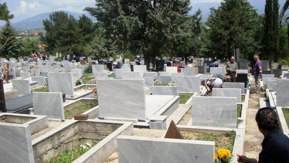 Крадци украле 13 бисти од градските гробишта