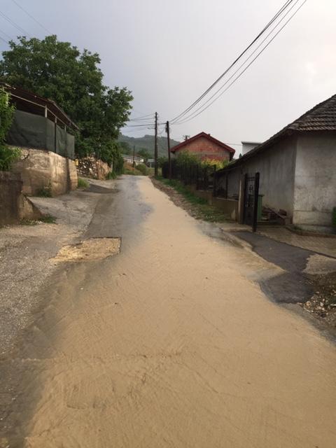 По невремето Усје плива во вода- жителите револтирани од градоначалникот Темелковски кој ги излажал за атмосферска канализација (ФОТО)
