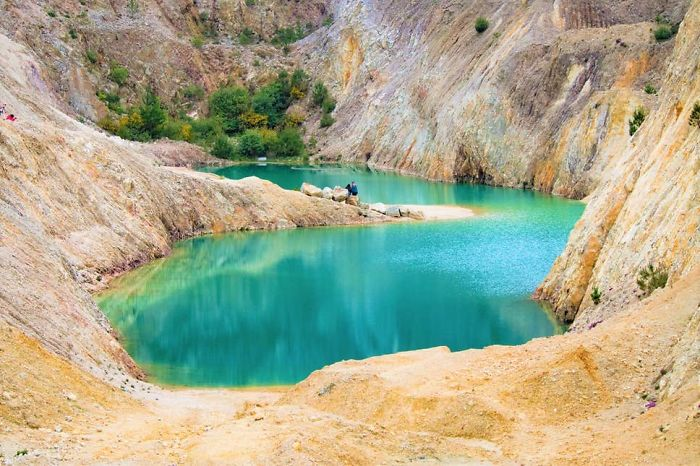 """Од играчка-плачка: Инстаграмџии се разболеа од """"Синото Езеро"""" што всушност е напуштен отровен рудник"""
