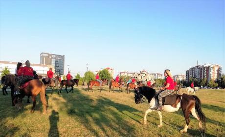 Крушевчани со аплауз ги пречекаа коњаниците – Пристигнаа од три страни
