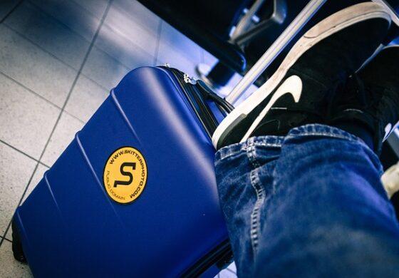 За да не доплаќа за багажот во авион, овој човек смисли како да ја намали тежината на куферот (ВИДЕО)