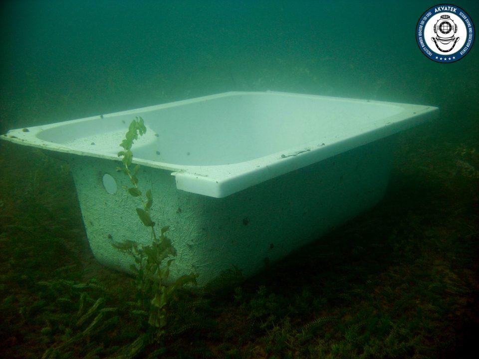 Када на дното на Охридско езеро, некој си го реновирал тоалетот… (ФОТО)