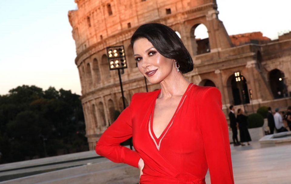 Дама во црвено: Прекрасната Кетрин блесна во Рим (ФОТО)