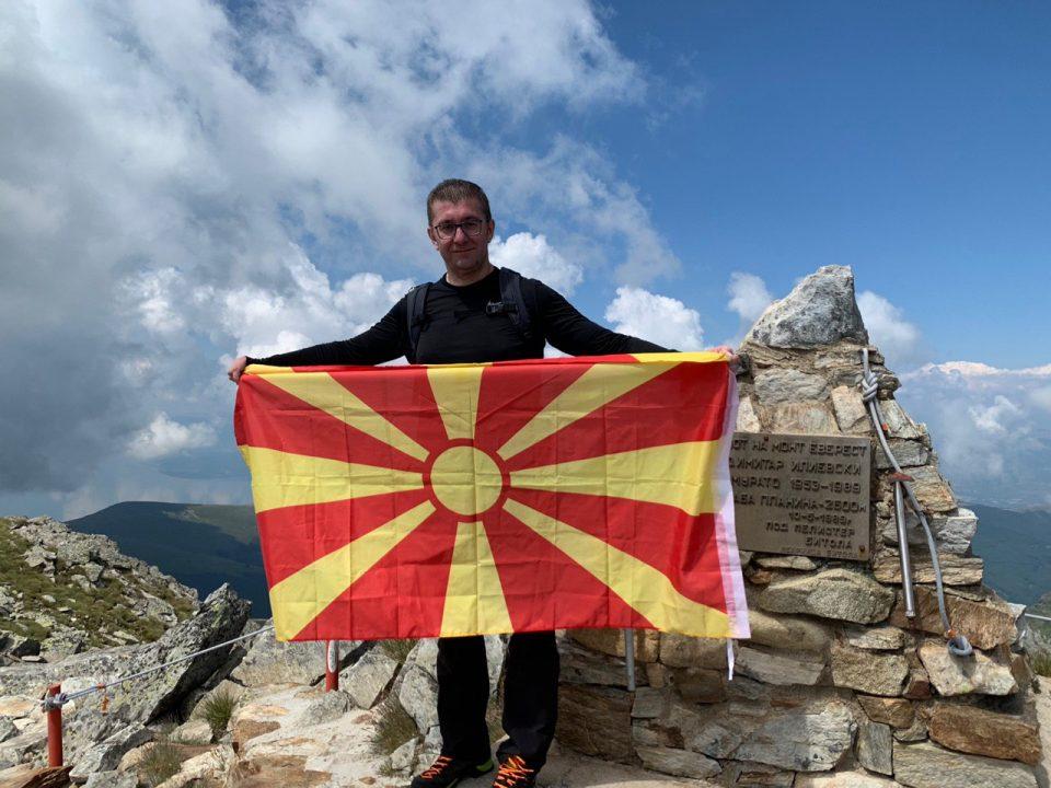 Мицкоски со честитка по повод 11 Октомври: Жртвата на оние кои се кренаа против неправдите нека ни биде пример дека борбата за Македонија никогаш не завршува