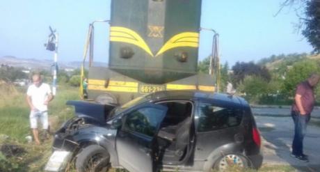 МВР со детали за несреќата во Кондово утринава: Воз удри во автомобил