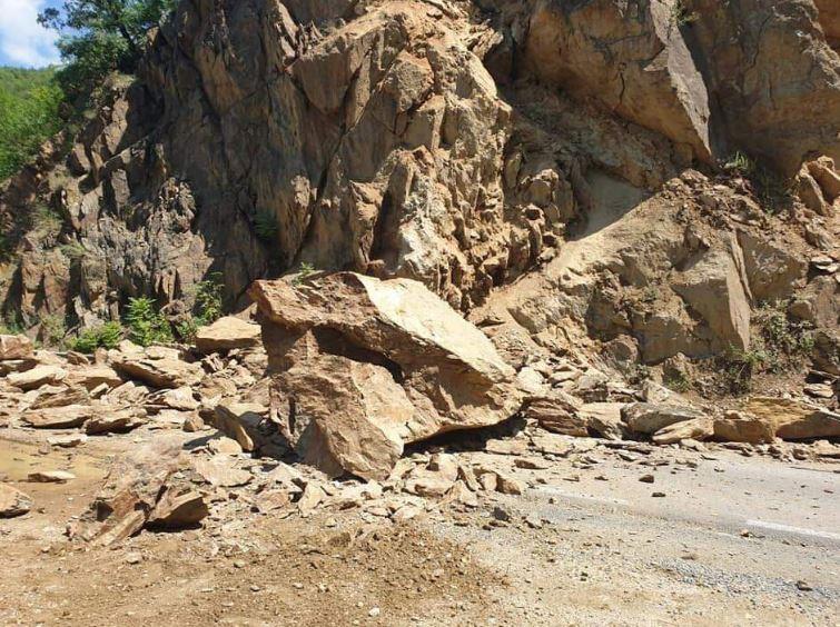 Рид од карпи се сруши на патот Кочани – Македонска Каменица – Делчево, еве до кога ќе биде затворен патот