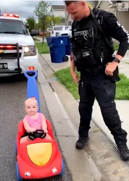 Ќе се стопите од неговата реакција- целиот свет посакува ваква полиција која го запре ова бебе и му побара возачка дозвола (ВИДЕО)