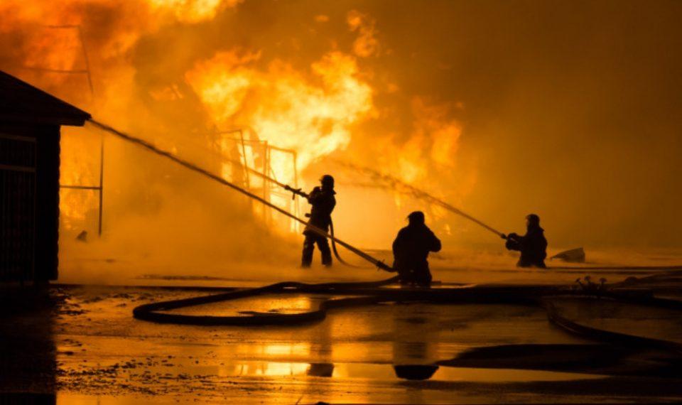 Поради пожар километарски колони од Прилеп кон Кавадарци, заглавените граѓани бараат сместување во Прилеп