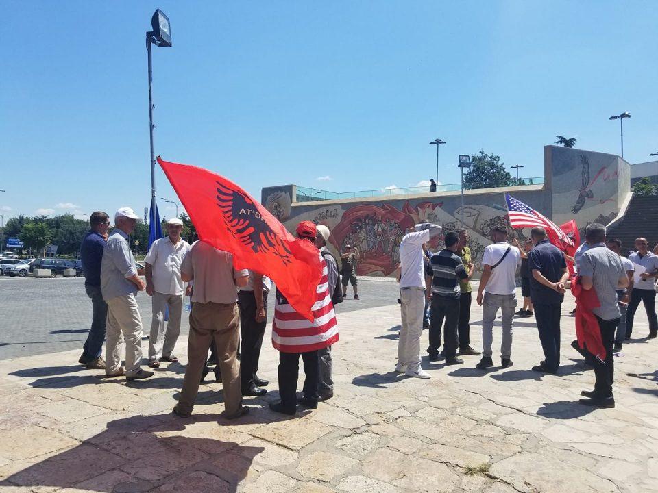 ФОТО: Нападнат братот на Ел Чака пред протестот организиран од неговото семејство