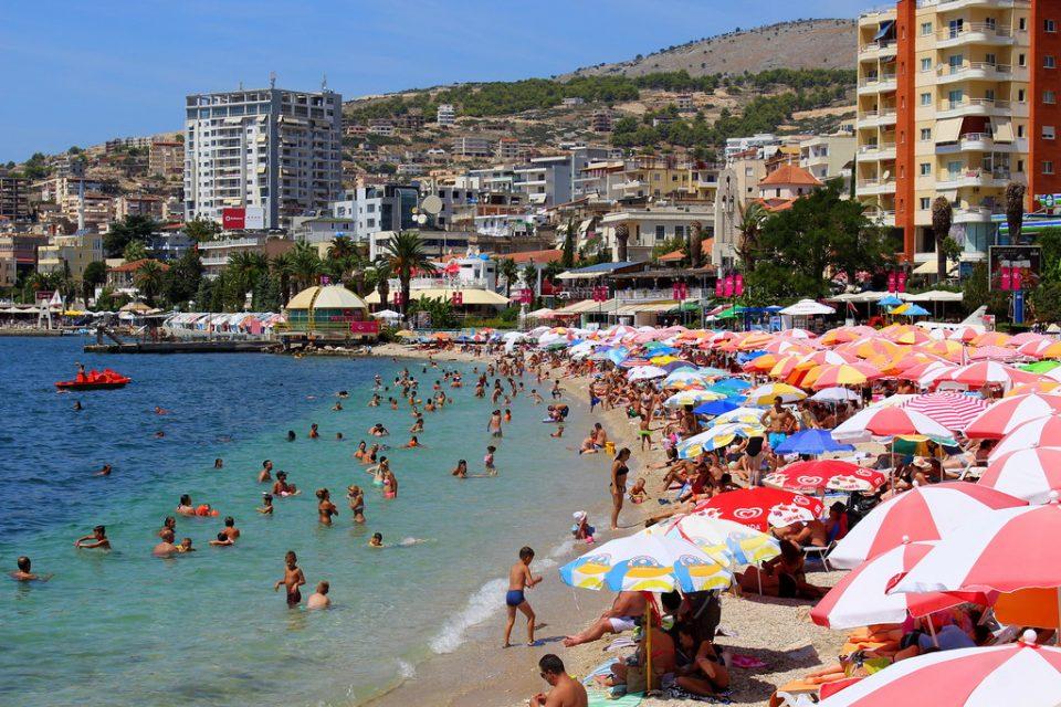Македонци водеа љубов среде бел ден на тераса во Саранда (ВИДЕО+18)