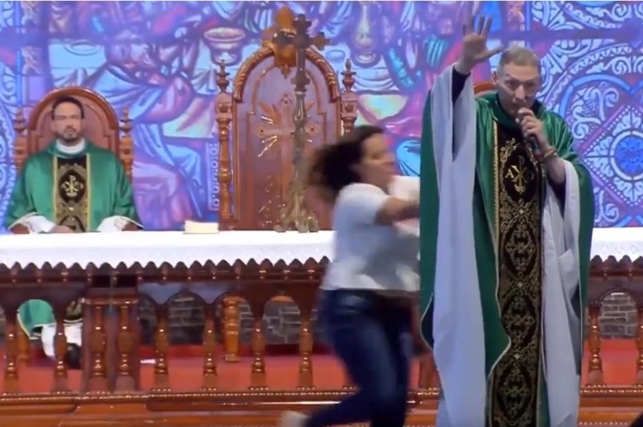 Со оваа порака ги разгневи дебелите жени: Една од нив се качи на сцената и го турна свештеникот пред 50.000 верници (ВИДЕО)