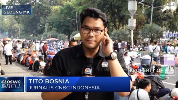 Се огласи репортерот од Индонезија за CNBC со името Тито Босна кој стана хит во регионот- објасни како неговиот татко му го дал името (ФОТО)
