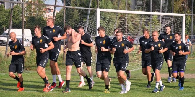 ФОТО: Нов тренер, нови правила, ракометарите на Вардар тренираа на фудбалско игралиште