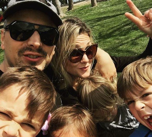 Внукот на Оливер Драгојевиќ кој го наследи неговиот музички талент го чека своето петто дете една година по смртта на пејачот (ФОТО)