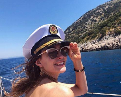 ФОТО: Ова е најзгодната албанска ТВ водителка која гледачите ретко имаат храброст да ја погледнат во очи поради џиновските гради