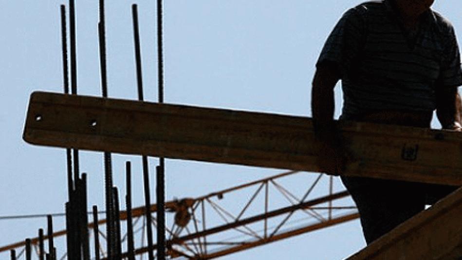 Работник тешко повреден, паднал од импровизирано скеле