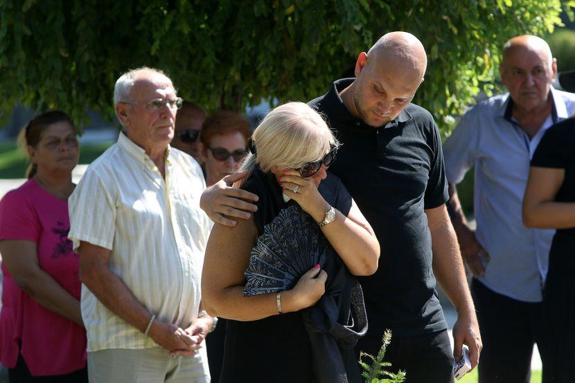 Тоа што го донесе на гробот на неговиот помен ги расплака сите: Сопругата на Шабан Шаулиќ едвај остана на нозе плачејќи на цел глас (ФОТО)