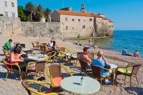 Две девојки половина час чекале кафе, па се пожалиле, но од одговорот на црногорскиот келнер веднаш замолчеле