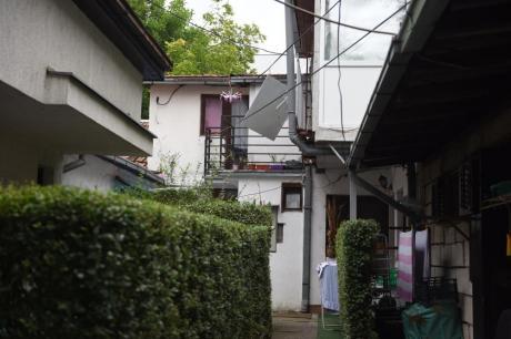Жена го претепала сопругот со метла, па се заканила дека ќе скокне од балкон- Семејна драма во Белград